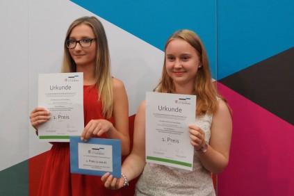 Die glücklichen Gewinnerinnen des 1. Preises: Lea Kieling und Ann-Marie Sachs von der Kooperativen Gesamtschule »Herzog Ernst« Gotha