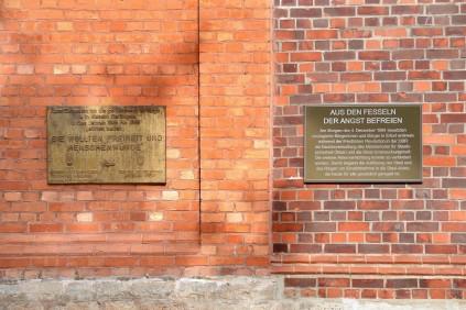 Gedenktafeln der Zeitzeugenvereine VOS und Gesellschaft für Zeitgeschichte vor dem Eingang der Gedenk- und Bildungsstätte Andreasstraße (Foto: Claus Bach)