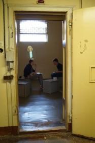 Zelle mit Zeitzeugenprojektion in der Haftetage